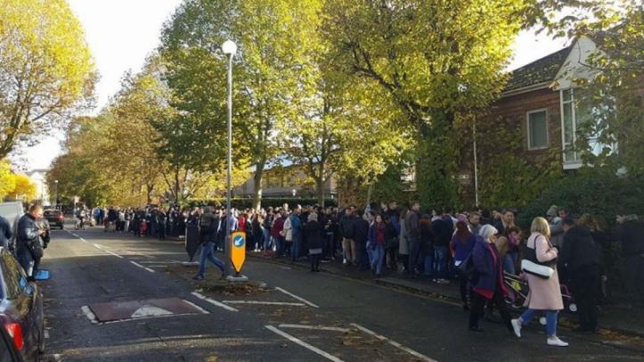 Alegătorii în fața Ambasadei din Londra
